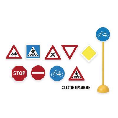 Lot de 9 panneaux de signalisation routière - .