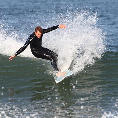 """Planche de SURF 500 funboard 7'2"""" bleue avec ailerons FCS."""